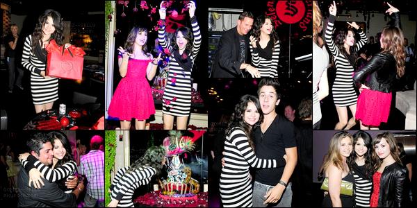 . 22/07/08 - Selena fêtait ses 16 ans à Los Angeles en compagnie de ses meilleurs amis et également sa famille. .