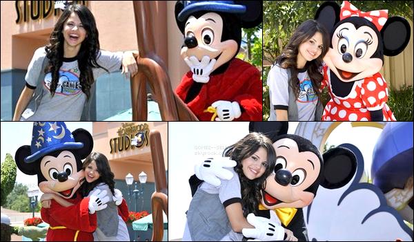 . 2008 : Nouveau photoshoot de Selena.G en compagnie de Mickey et Minnie le même jour de la parade !.