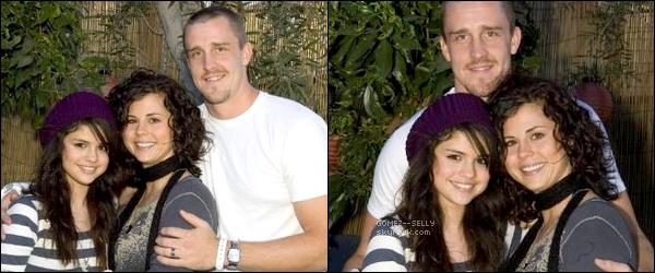 . 09/09/07 - Selena, sa maman Mandy et son beau-père Brian étaient invités à un barbecue organisé par Miley C. .