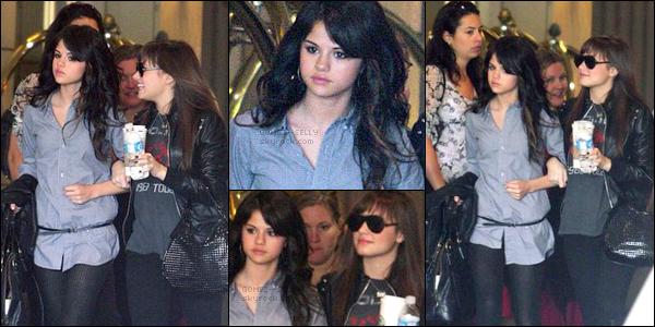 . 03/06/08 - Selena (avec une petite mine) a été aperçue avec sa meilleure amie Demi Lovato sortant de leur hôtel..
