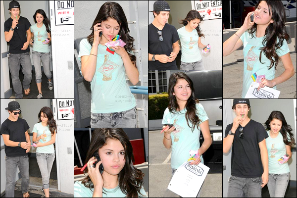 . 06/06/08 - Selena était avec David Henrie durant une pause pendant le tournage des Sorciers de Waverly Place.
