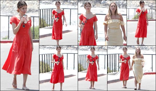 . 11/07/17 - Selena Gomez a été photographiée avec Theresa Marie se promenant au bord de la plage à - Malibu ! .