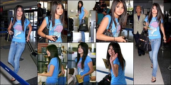 . 30/07/08 - Selena Gomez est de retour à l'aéroport de LAX se situant à Los Angeles pour y prendre son avion. .