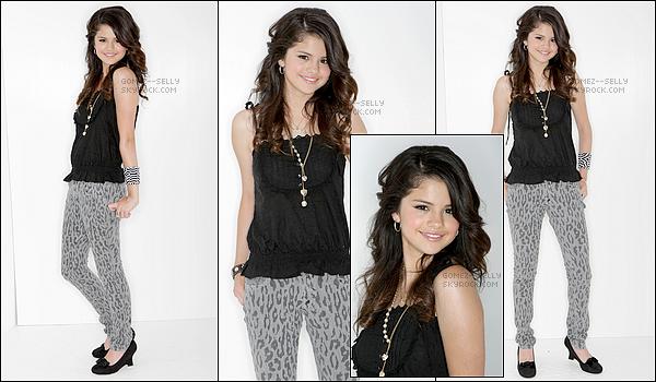 . 26/08/07 - Selena Gomez était présente à la célèbre cérémonie des Teen Choice Awards étant à Los Angeles ! Disons que cette tenue était à la mode dans ces années là, personnellement je lui accorderais un bof, je n'aime pas son pantalon. Et toi ?.