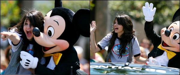 . 30/04/08 - Selena.G a été aperçue avec ses co-stars de Disney à la parade du fameux DisneyWorld en Floride !.