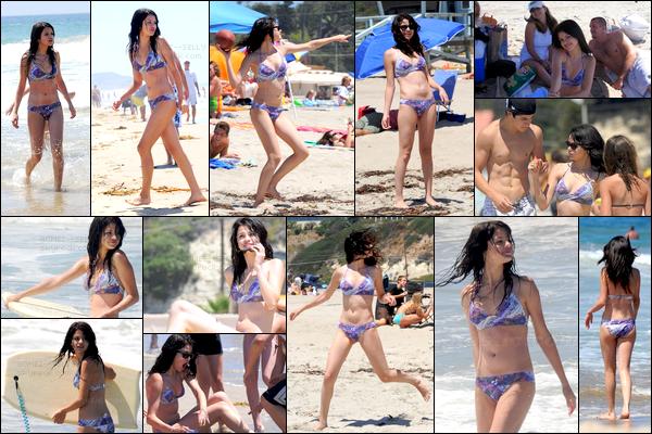. 11/08/08 - Selena Gomez, pas très souriante, à été aperçue quittant le magasin Rite Aid situé dans Los Angeles. Plus tard dans la journée, la belle Selena a été vue prenant du bon temps à la plage en compagnie de sa famille. Un top pour son maillot..