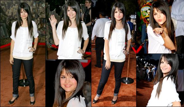 . 21/06/08 - Selena, rayonnante, était présente à la première du film d'animation Wall-E à Los Angeles.TOP/FLOP? .