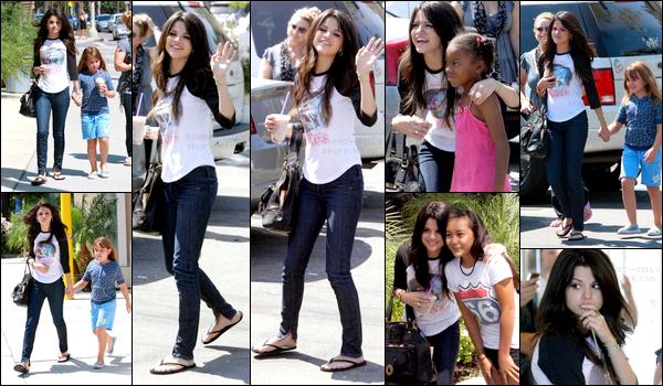 . 16/08/08 - Selena Gomez a été aperçue dans Los Angeles accompagnée de sa famille et y a même pris un café. Plus tard dans la journée, Selena a été aperçue accompagnée de sa co-star des Sorciers DWP, David Henrie et a même pris une boisson..