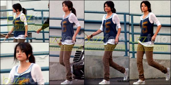 . 13/08/08 - Selena Gomez a été aperçue direction le studio se trouvant dans Los Angeles. Tu aimes sa tenue ?  .