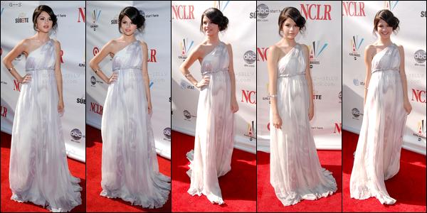. 17/08/08 - Princesse Selena Gomez était présente sur le tapis rouge des Alma Awards se passant à Hollywood. .