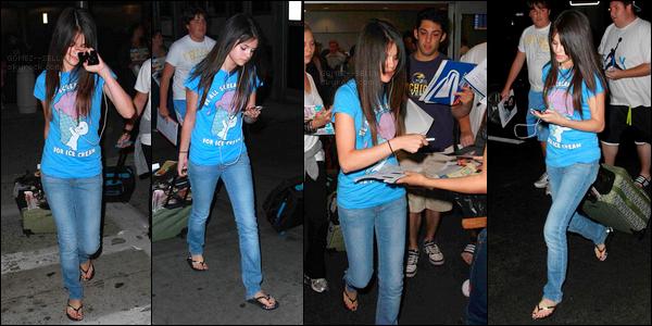 . 03/07/08 - Selena Gomez a été photographiée, tirant sa valise, toujours vers  l'aéroport de LAX à Los Angeles !.