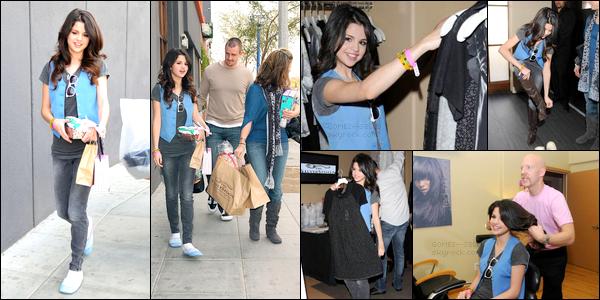. 09/01/08 - Selena a été vue avec sa maman Mandy et son beau-père Brian au SPA SilverSpoon pour les GGAw. Je trouve Selena trop mignonne sur ce candid, déjà elle porte des sortes de pantoufles bleues, puis aussi quand elle fait ses essayages..