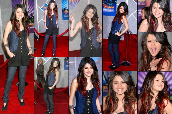 """. 17/01/08 - Selena était au concert de Miley pour sa tournée """"Hannah Montana : Best Of Both World"""" à Las Vegas ! ."""