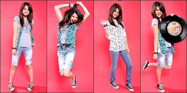 . 2008 : Nouveau photoshoot de Selena qui semble bien s'amuser, réalisé par Clark Samuels. Fait défiler !.