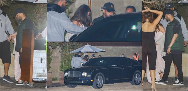 . 23/07/17 - Selena Gomez a été photographiée le soir sortant d'un restaurant toujours avec Abel dans Los Angeles. .