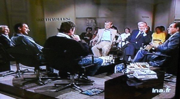 """""""Apostrophes"""" - Antenne 2 - 28/06/1985 - vue globale des invités à l'émission & Bernard Pivot"""