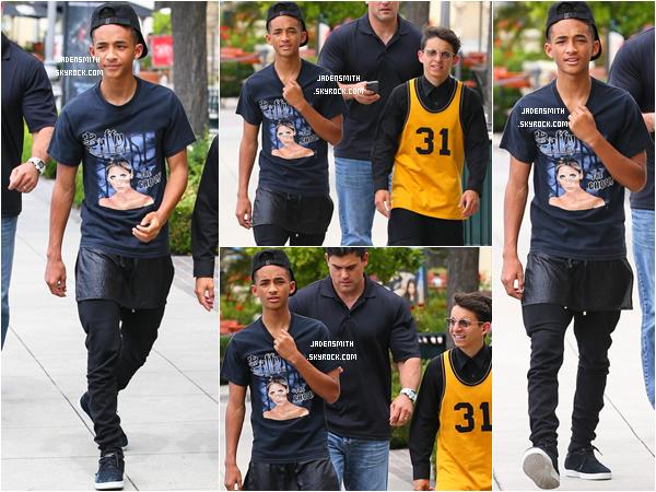 _  ● ● ● 11.06.2013 : Jaden Smith a été photographié avec son ami Moises se baladant dans les rues de Calabasas.   -