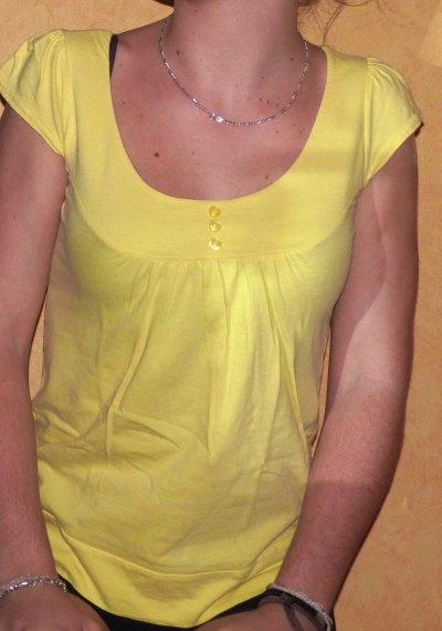 Tee-shirt jaune .