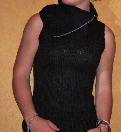 Pull manches courtes, de couleur noir.