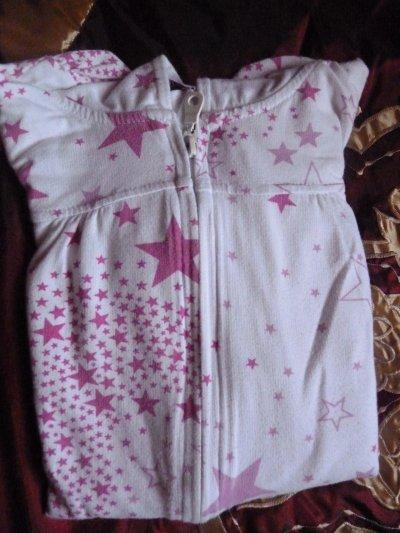 Gilet à capuches blanc avec des étoiles roses.