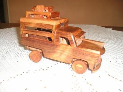 Grosses voitures en bois.