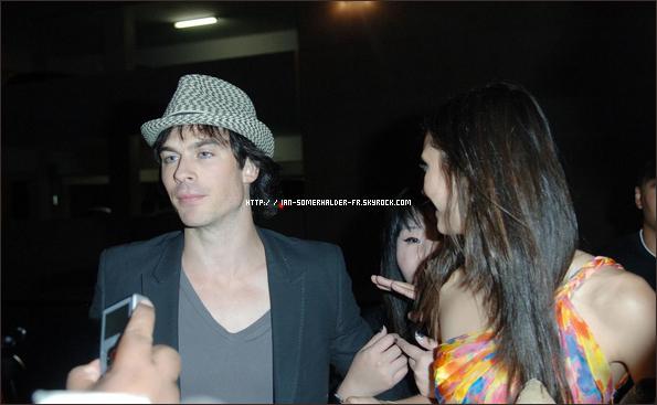 . Candids : 22 Juillet 2011 # Le beau Ian et la magnifique (comme d'habitude...) Nina étaient en train de saluer des fans à l'after-party du Comic Con. Article Flash-Back..