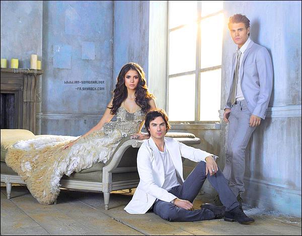 . Non, non! Vous ne rêvez pas! C'est bel et bien le poster promotionnel de la saison 3 de VD en HQ! Avouez que c'est magnifique $)  . Synopsis Officiel du 3x01 de VD: Dans la matinée du dix-huitième anniversaire d'Elena, Caroline est occupée à planifier une fête mais l'attention d'Elena est portée sur la recherche de tout indices qui pourraient l'aider à découvrir où est Stefan. Damon est également à la recherche de Stefan, tout en essayant de protéger Elena et de l'empêcher de faire quoi que ce soit qui pourrait attirer l'attention de Klaus. Klaus et Stefan sont occupés à suivre la piste d'un loup-garou du nom de Ray Stutton. Travaillant désormais au Mystic Grill avec Matt, Jeremy tente de comprendre la raison pour laquelle il n'arrête pas de voir les fantômes de Vicki et Anna depuis qu'il a été ramené à la vie par les talents magiques de Bonnie. Pendant ce temps, Alaric fait de son mieux pour surveiller Elena et Jeremy, tout en gérant son deuil par rapport à la mort de Jenna. Enfin, Caroline et Tyler font face à un nouveau défi, totalement inattendu. V-D.fr traduction   .