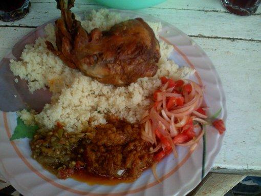 plat le plus manger au ghana attieke poulet de chez kevine father sfr. Black Bedroom Furniture Sets. Home Design Ideas