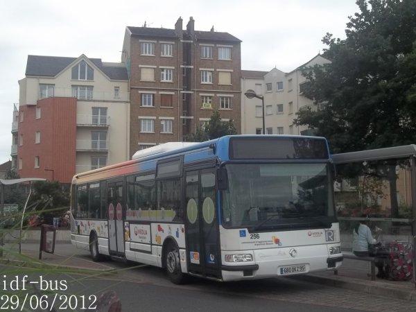 Réseau Véolia transport R'Bus TVO,bus irisbus Agora Line clim à Gare de Houilles-Carrières-sur-Seine