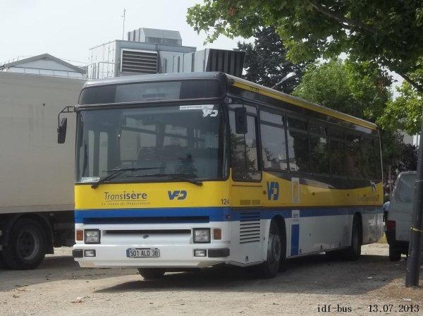 Un Renault Tracer  en livrée Transisère a proximité du centre bus de Saint-Denis