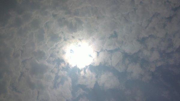 Les nuages assombrissent le ciel bleu