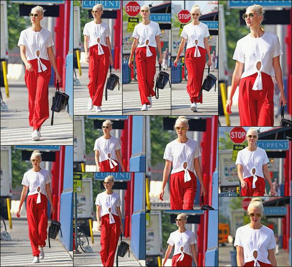 .. ----▷ Candid -◆- Karlie Kloss a été vu se rendant sur le set d'un shoot à New York .