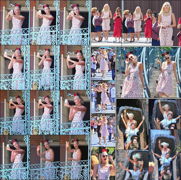 .. ----▷ Candid -◆- Karlie ainsi que sa famille ont célébré son anniversaire à Disneyland.