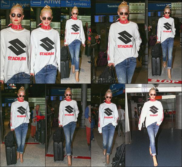 .. ----▷ Candid -◆-Miss Kloss a été vu arrivant a l'aéroport de Paris.
