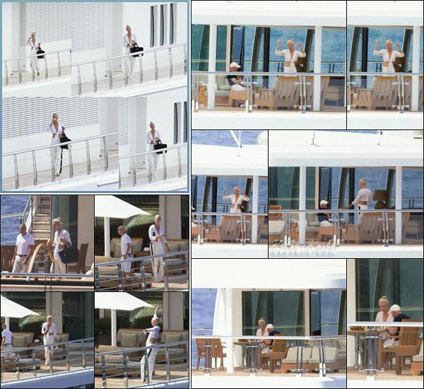 .. ----▷ Candid -◆- Karlie a été vu sur un yacht, pour ses vacances à Majorque en Espagne.