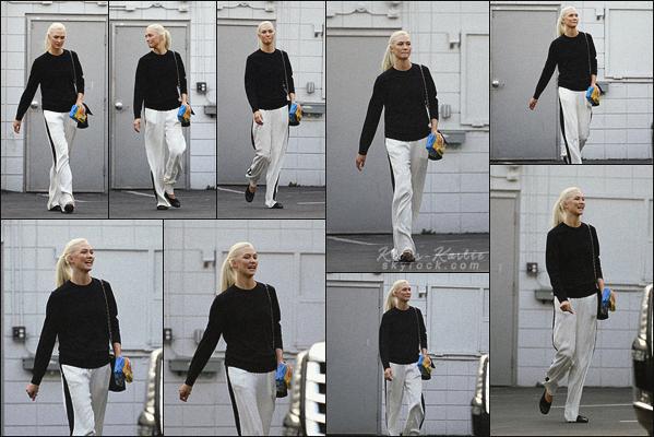 .. ----▷ Candid-◆- Karlie a été photographiéequittant un studio photo a Los Angeles.