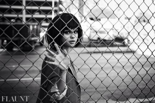 La chanteuse Selena Gomez est apparue plus glamour que jamais dans son dernier photoshoot pour Flaunt Magazine. Aujourd'hui, la jeune femme revient sur ces clichés et n'hésite pas à donner son avis