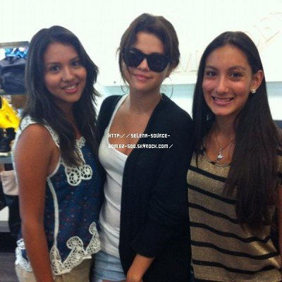 "13 AOÛT - SELENA & DES FANS. SELENA "" DREAM OUT LOUD""."