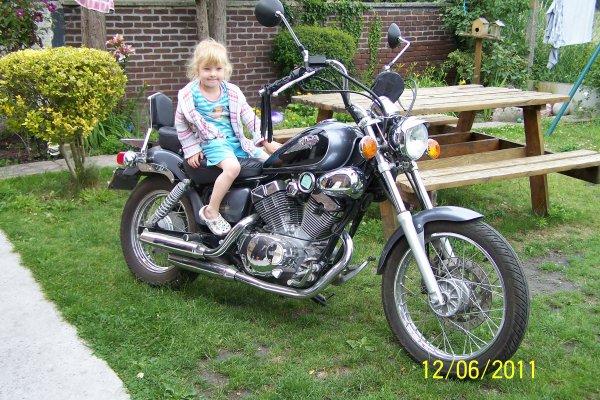 Chloé sur la moto de son père
