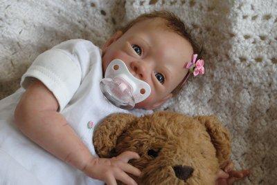 Voici  ELISA qui offrira un peu de joie à une petite fille pour noel