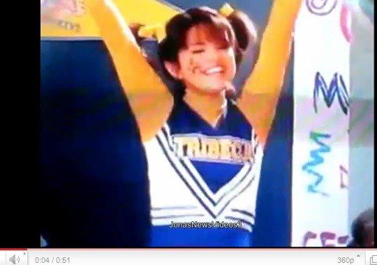 > http://selena-maire-gomez.skyrock.com/  | Voici un spot Tv de Disney Channel ou Selena nous parle en gros de ce qu'il va se passer dans la saison 4.
