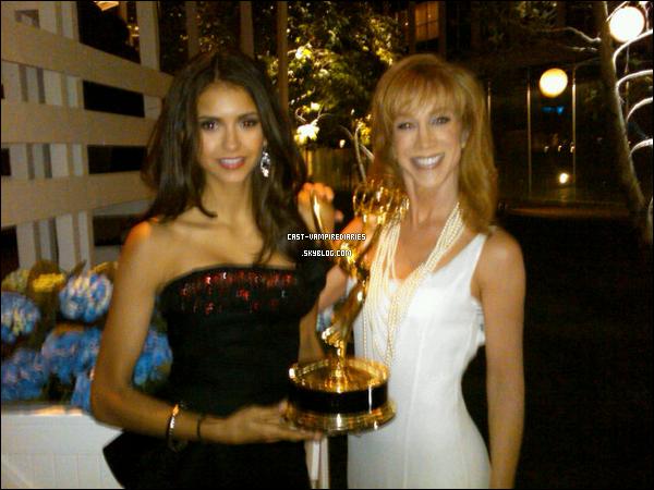 .   Nina vient de poster une photo twitter accompagné du message : « @kathygriffin et moi - aux pre Emmy! Regardez comment cet award est lourd :p » .