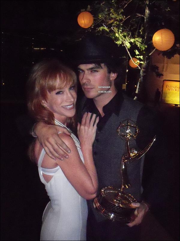 .  Voici une photo Twitter de Ian aux Emmy Awayds en compagnie de Kathy Griffin.