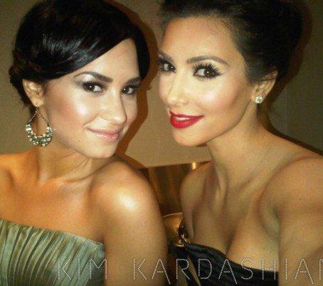 ------   Les Kardashian ont créés des bracelets appelé ' Silly Bandz' , se sont les bracelets à la mode, vous pouvez en voir quelques un ici . Elles ont été interrogé pour savoir qui pourrait les portés, ( 0:52) Kim a répondu : ' Justin Bieber ... Peut être Demi Lovato, elle est comme, elle pourrait avoir des bracelets cool rock '. Demi avec ses bracelets? Oui, tout le monde peut les portés donc sur Demi je pense que sa ira superbement bien.(Cliqué ici pour accédé à la vidéo )   ------