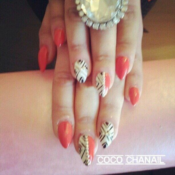 Stiletto Nails pose gel au chablon , vernis semi permanent rouge et blanc, déco nail