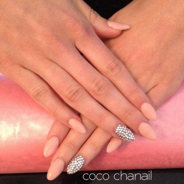 Stiletto Nails Pose gel uv avec rallongement au chablon, gel couleur Nude Or et deco