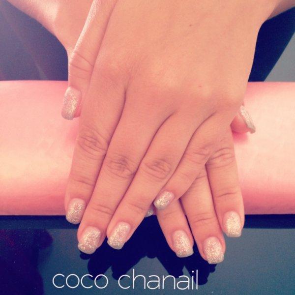 Gainage, pose gel uv sur ongles naturels , french grise holographique et  paillette en dégradée Coco Chanail Prothésiste Styliste Ongulaire à  PERPIGNAN