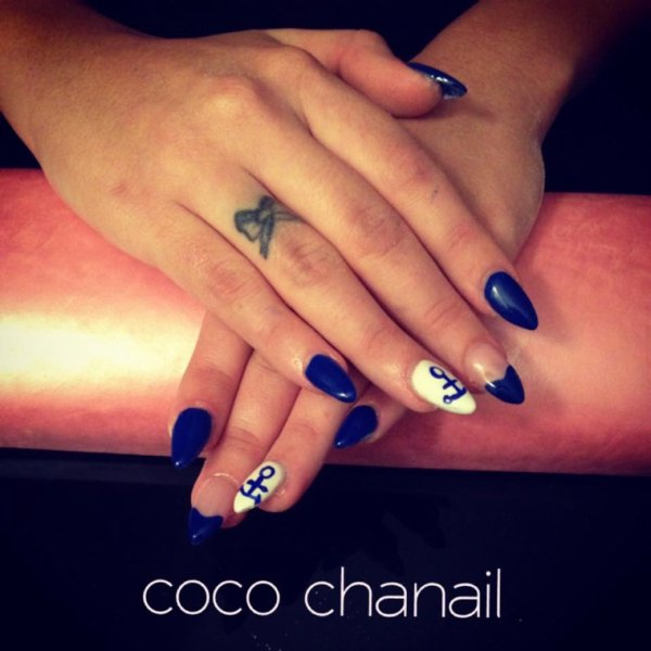 Stiletto Nails , gel bleu et blanc, deco Nail art ancre marine et  french bleu