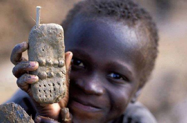 malgré la pauvreté et le besoin cette enfant  innocent garde toujours son sourire et sa facon de faire  rire les autres