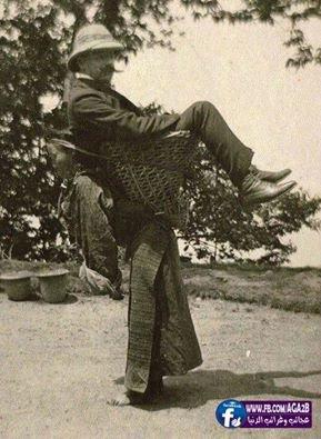 Photo prise en Inde en 1903 pour la femme Bengali portant son « maître », et est les plus célèbres images historiques qui reflètent la laideur de l'esclavage et la discrimination entre les êtres humains